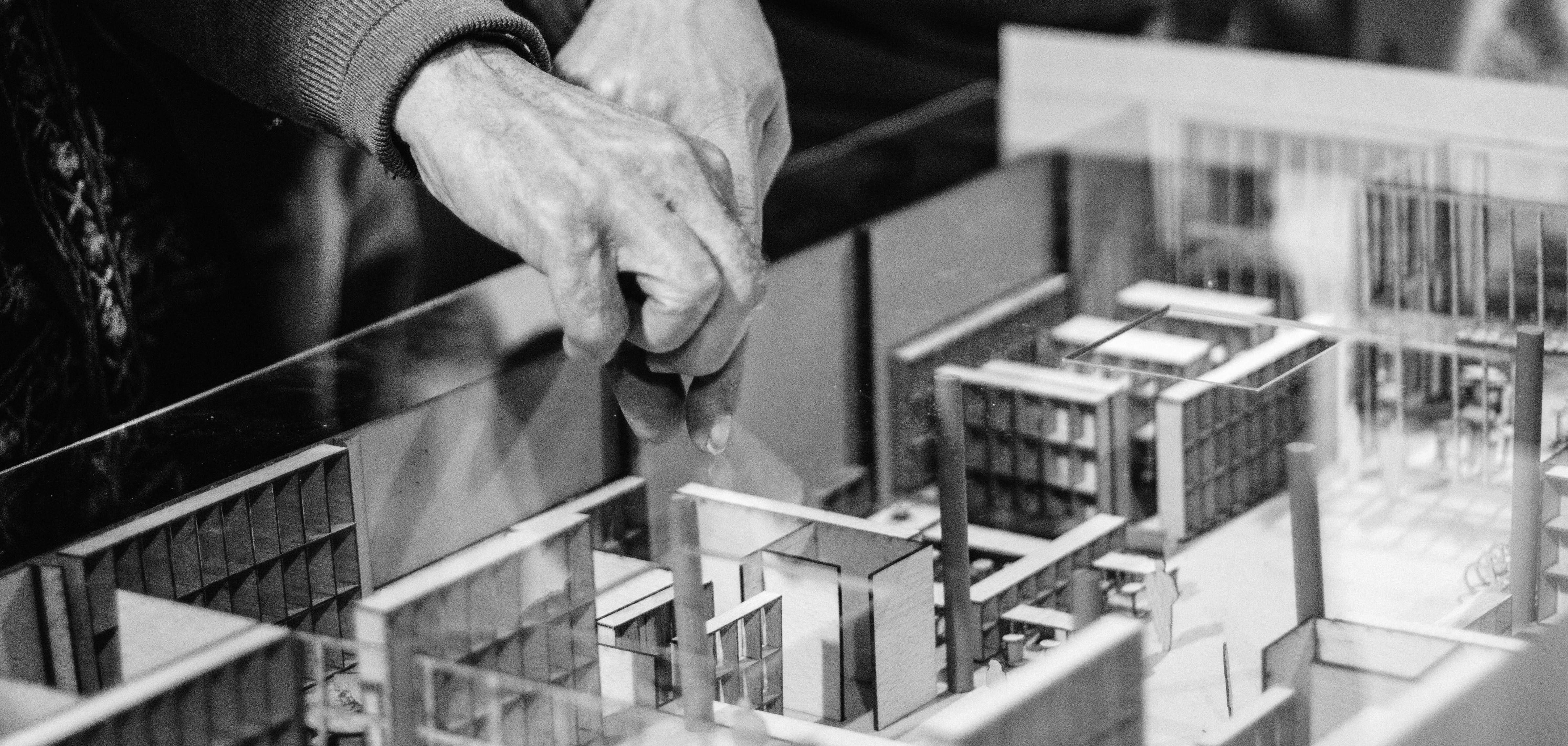 Unes mans sobre una maqueta d'un edifici
