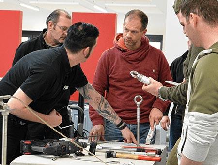 Bei einer ABS Schulung wird den Teilnehmern die Montage von Anschlagpunkten erklärt.