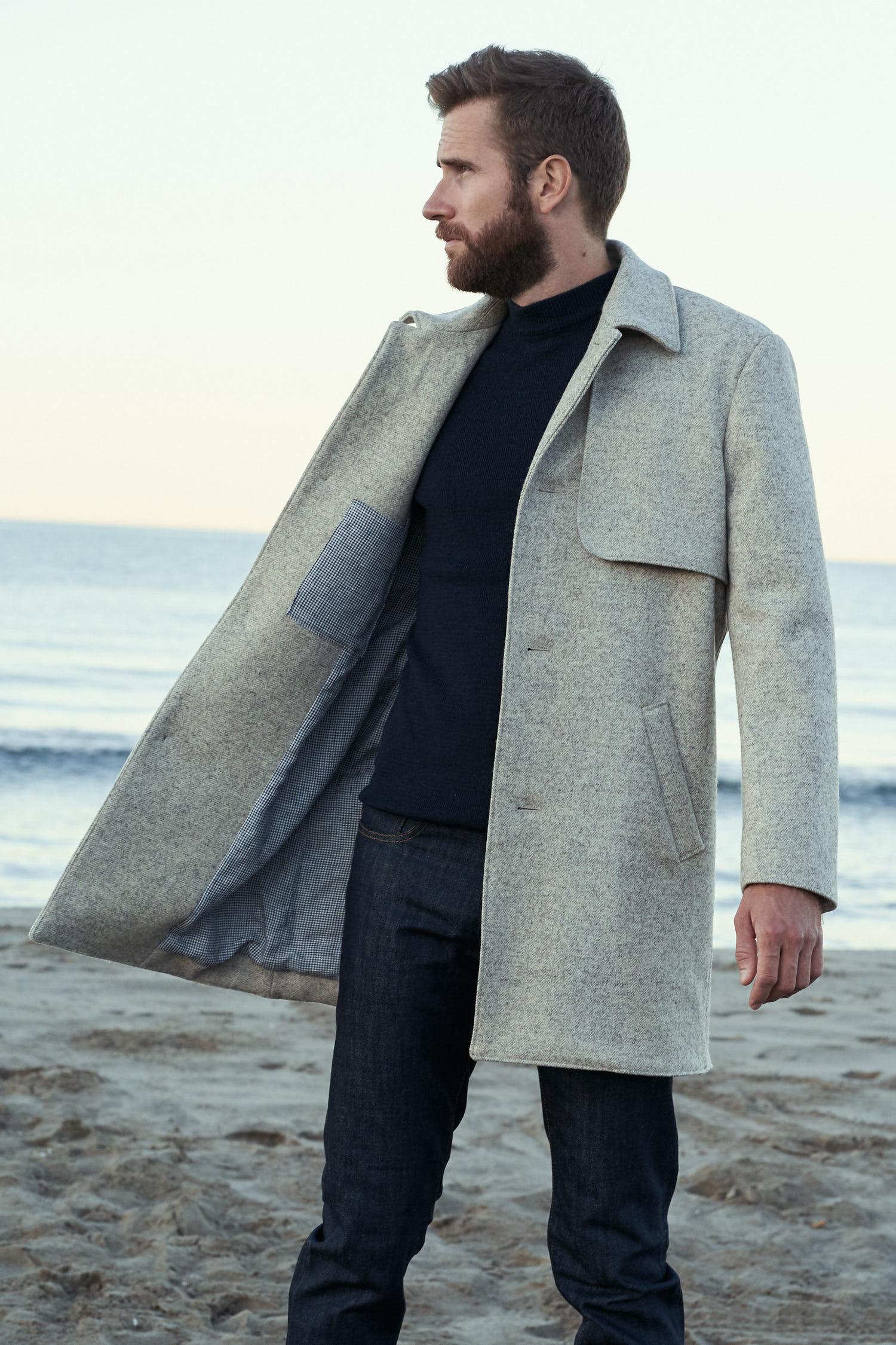 Manteau long élégant pour homme en laines françaises. Couleur écrue. tissé en France. Fabrication 100% made in France. Doublure en lin Belge certifié Master of Linen.