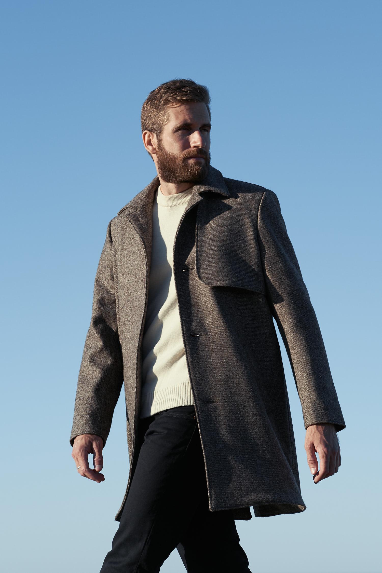 Manteau long élégant pour homme en laines françaises. Motif diagonales. tissé en France. Fabrication 100% made in France. Doublure en lin Belge certifié Master of Linen.