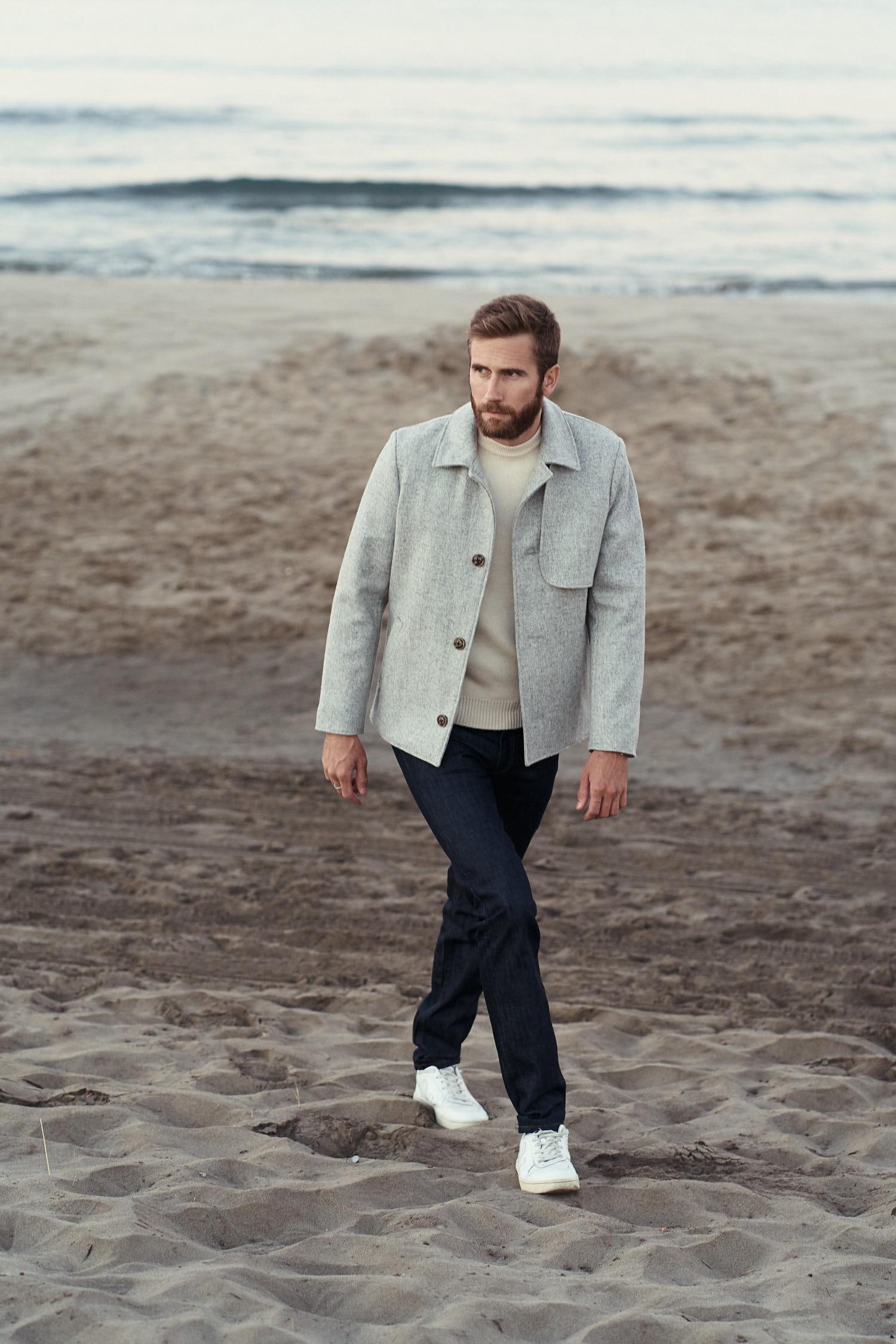 Veston pour homme couleur gris en laine. tissé en France. Fabrication 100% made in France. Doublure en lin Belge.