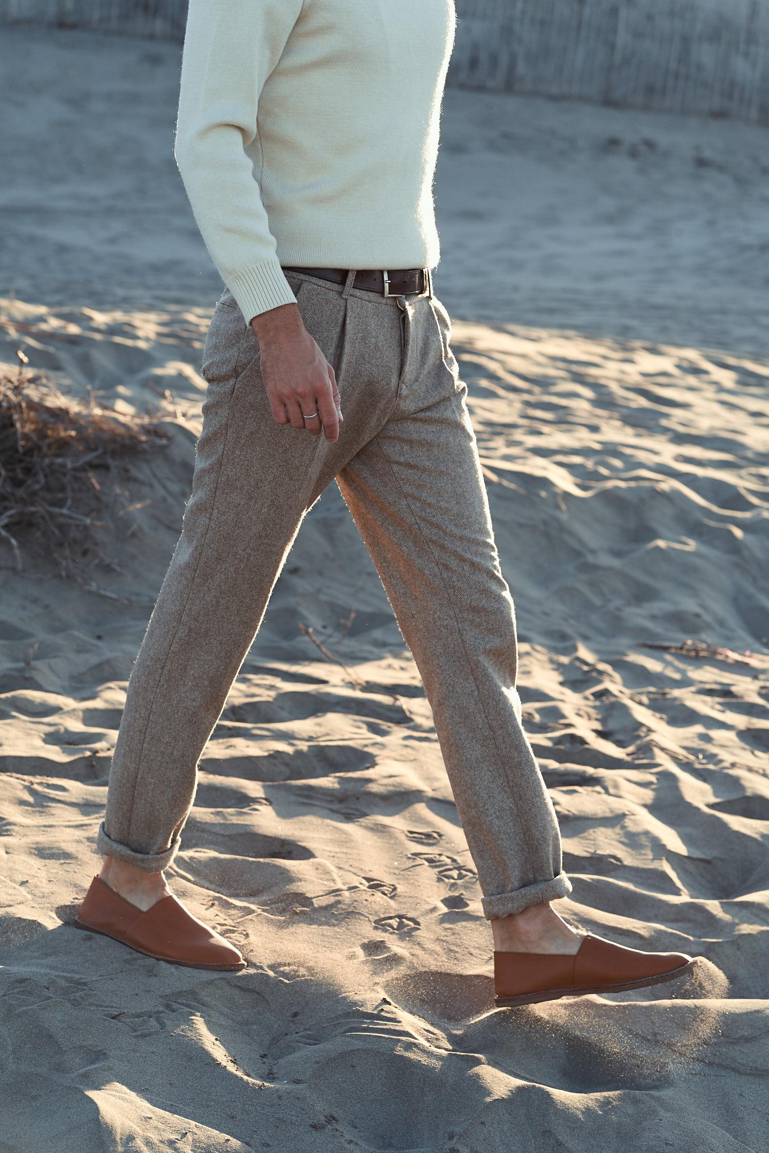Réalisé sur commande sous 3 semaines. Longueur sur demande. Pantalon en laine de mérinos d'Arles, tissé dans le Tarn par Le Passe Trame. Doux, il ne gratte pas. 2 poches passepoilées au dos, doublure de poche en coton biologique. Fabrication française. Jaouen mesure 1m90 pour 72kg et porte une taille 40.