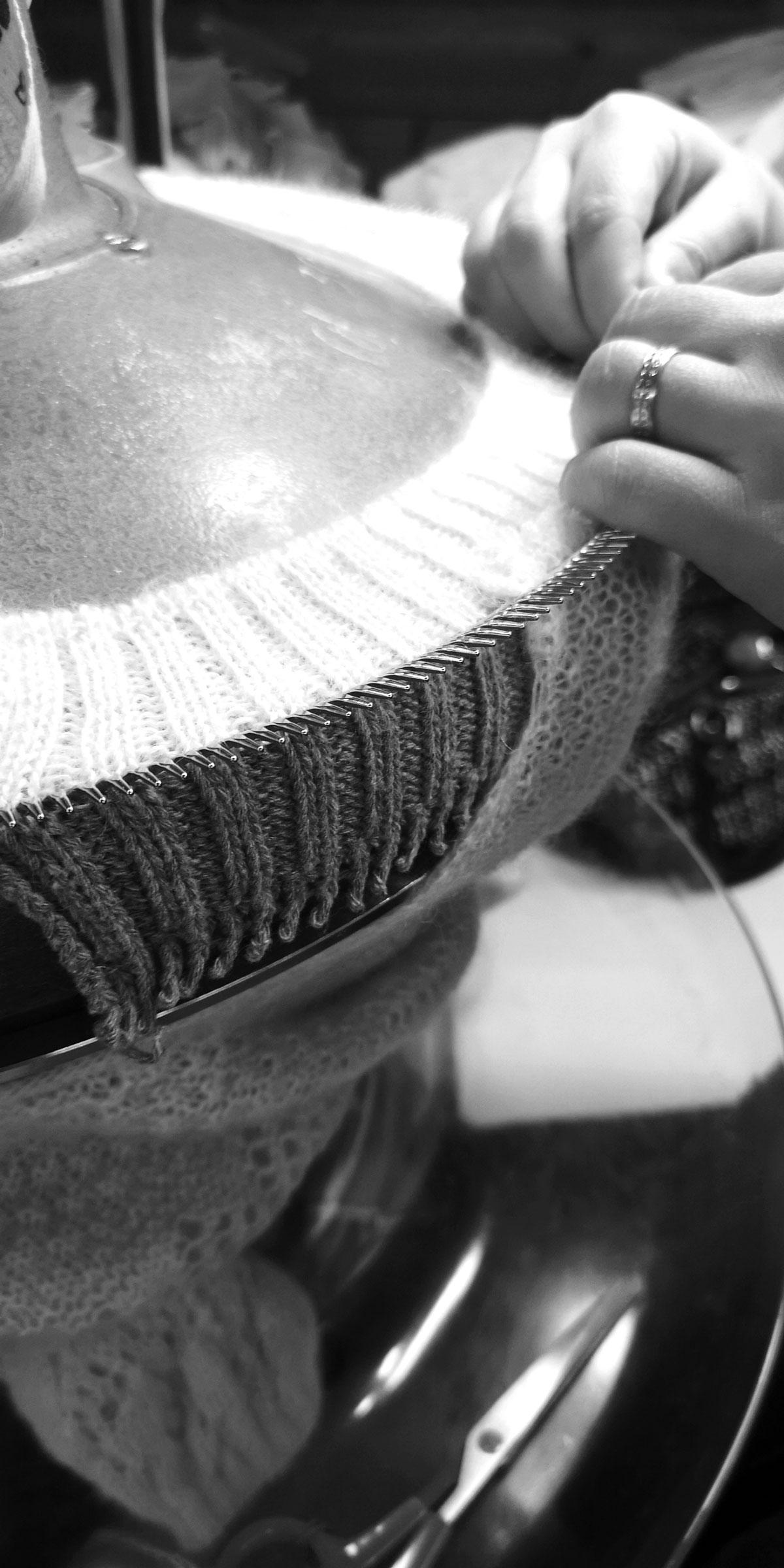 Remaillage à la main d'un col de pull tricoté à l'atelier Missègle dans le Tarn.