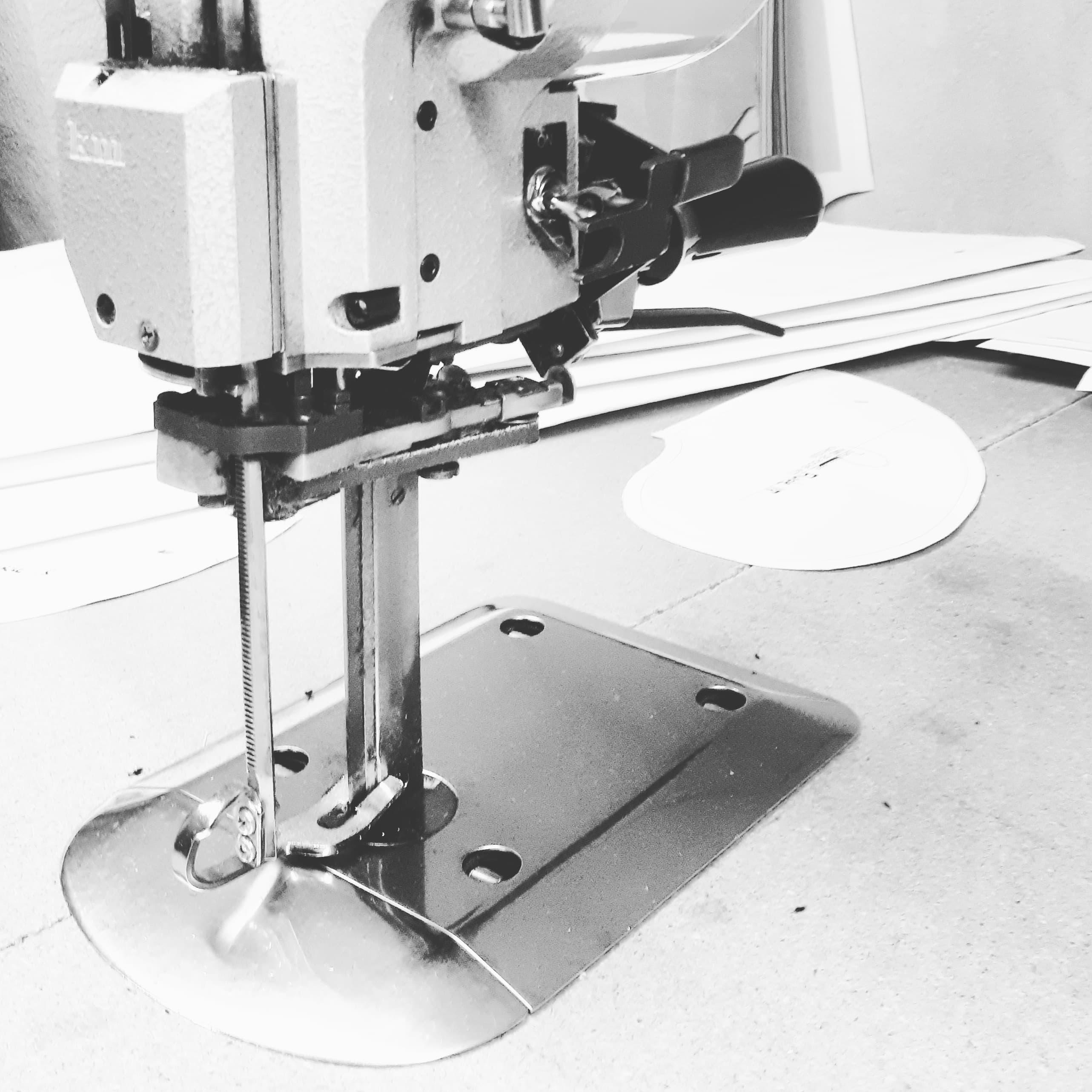 ciseaux électrique de couture qui permet de découper plusieurs épaisseurs de tissus déposer en matelas.