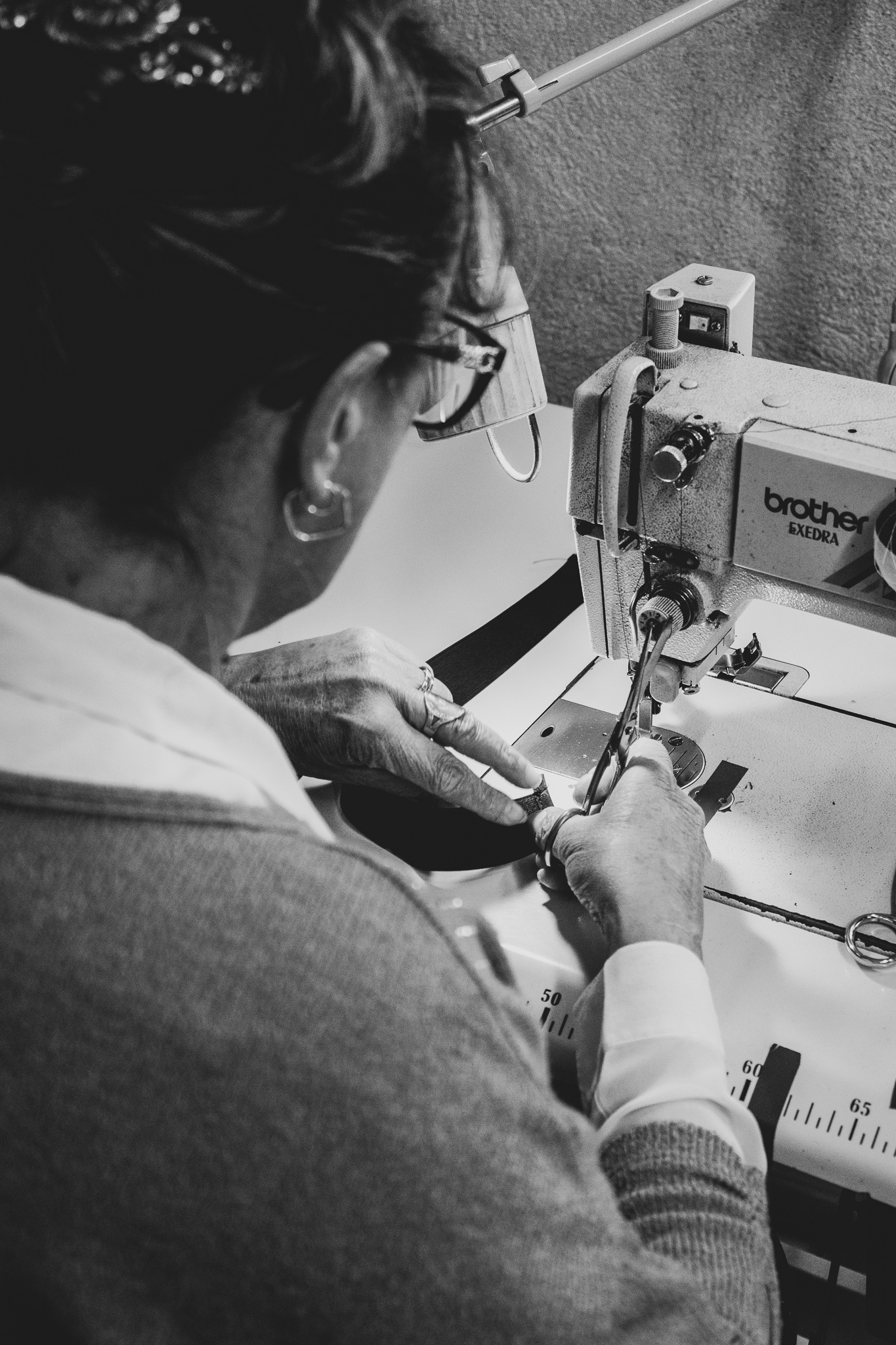 couturière du Vestiaire de Jeanne assise à une machine à coudre