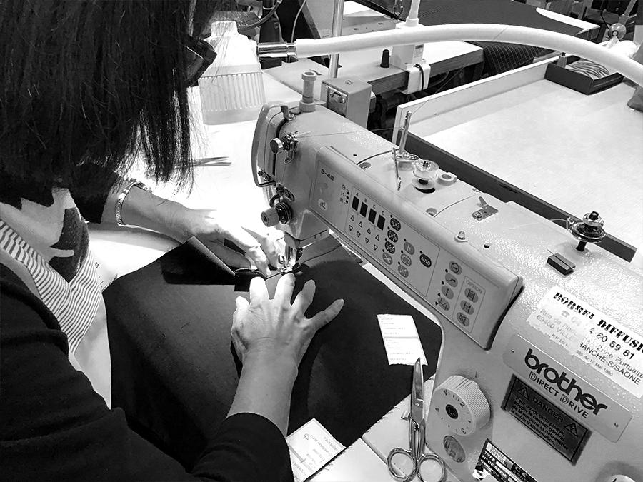 Couturière des Ateliers Gauthier à Chalon-sur-Saône fabricant une chemise Le Modeste en coton biologique certifé GOTS.