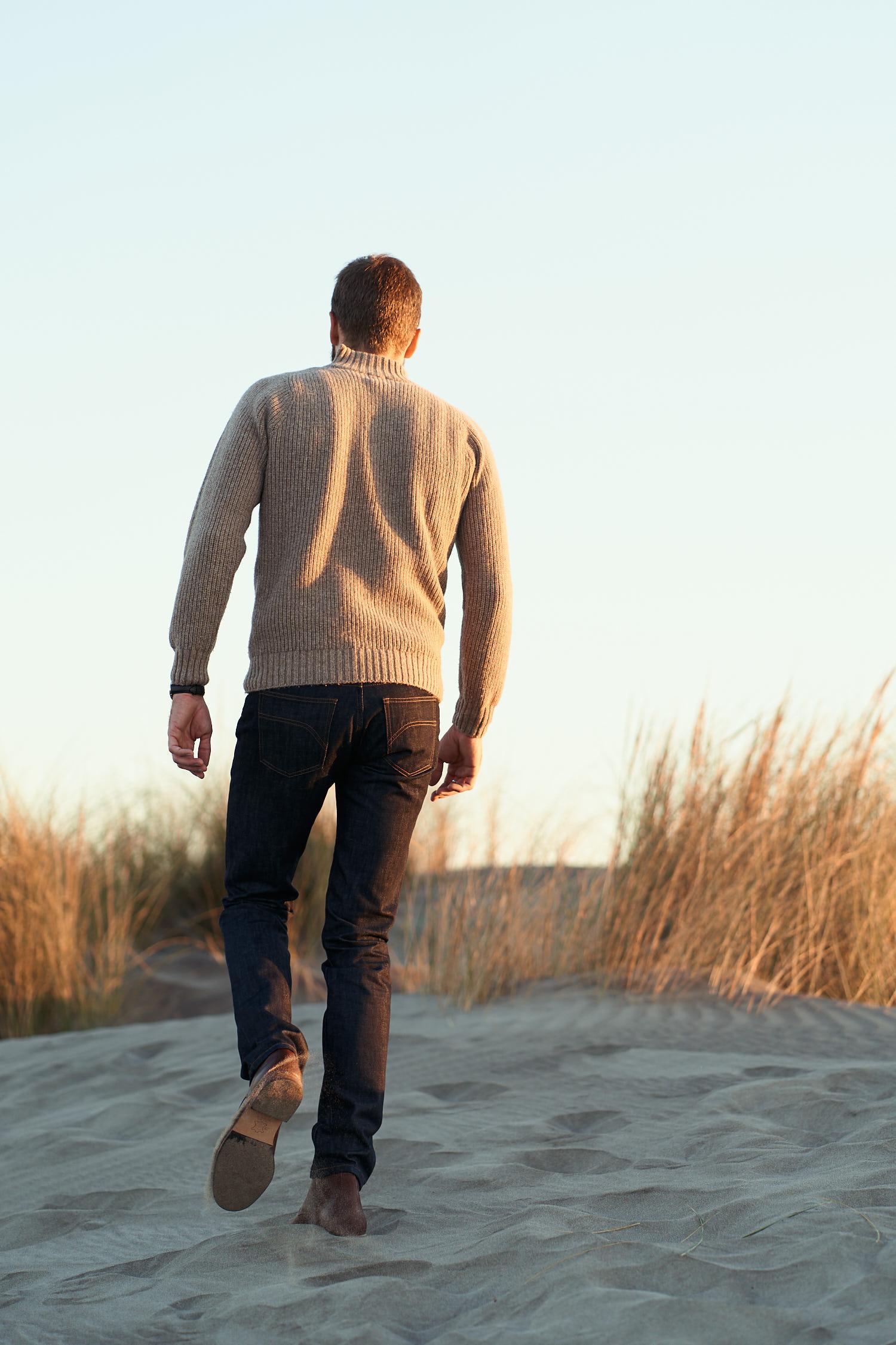 homme portant un pull over en laine mérinos de dos