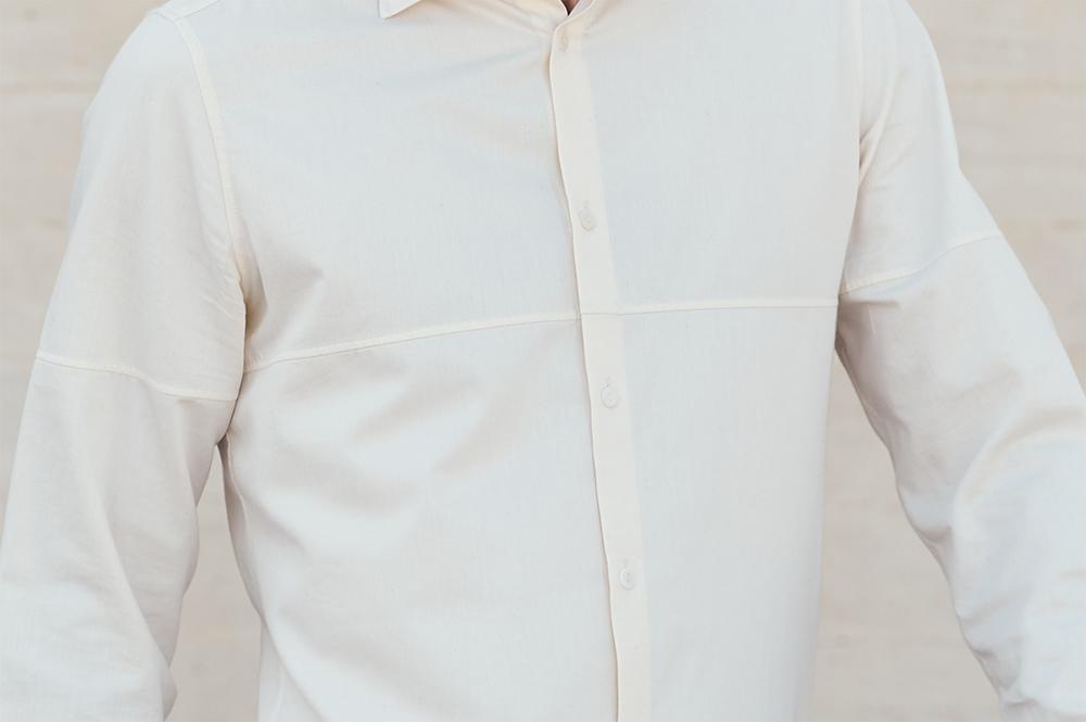 zoom face découpe de la chemise en chambray de coton bio écrue made in France