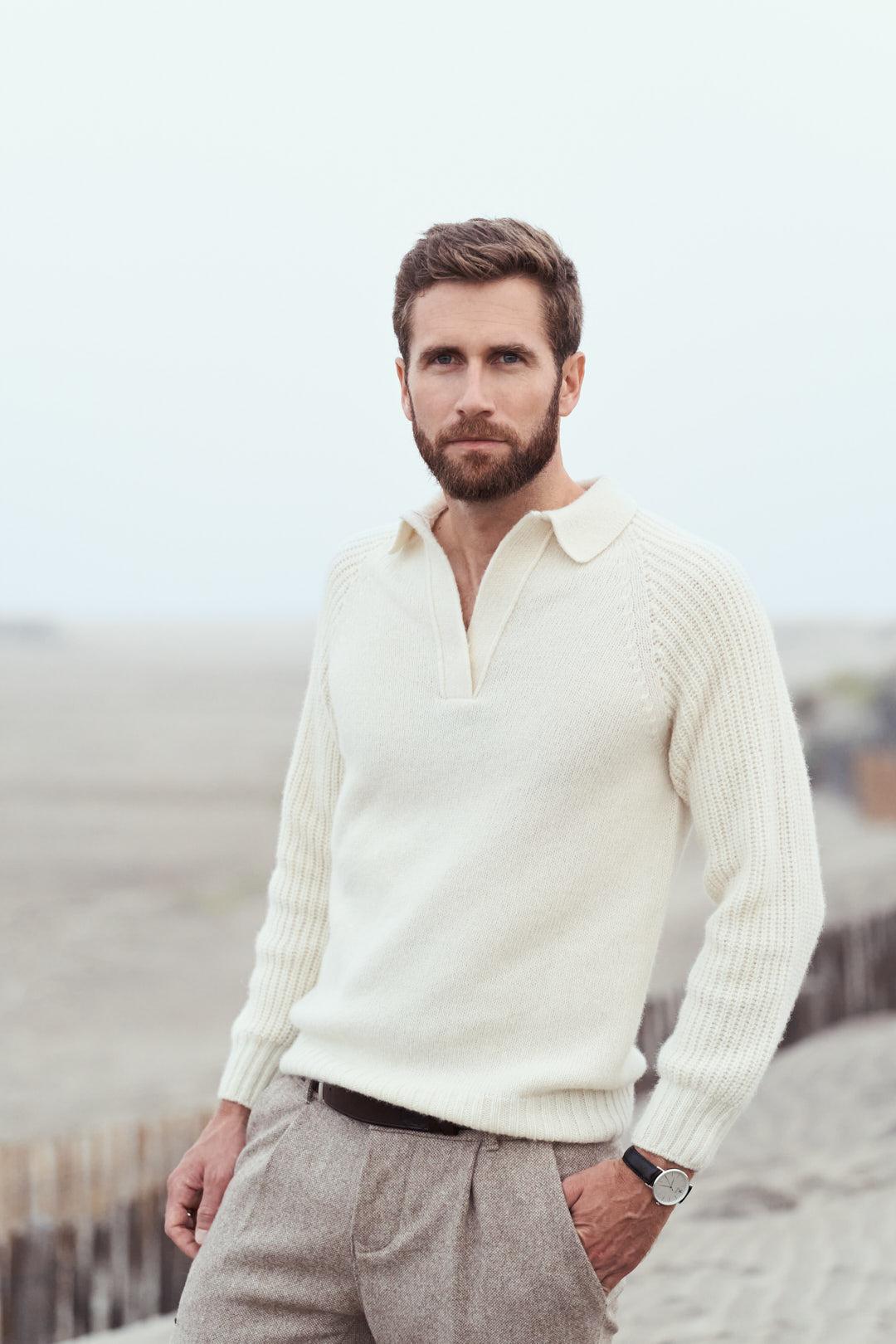 Homme portant un pull en laine mérinos d'Arles tricoté en France
