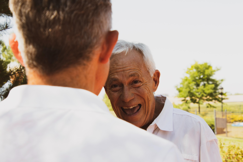 Los seguros de vida son un producto que suele ir ligado a ciertos aspectos personales del tomador del seguro de vida, como su profesión, su estilo de vida o su edad. Por eso, al hablar de seguros de vida para personas mayores hay algunas condiciones especiales que debemos tener en cuenta. Hoy te contamos hasta qué edad te cubre un seguro de vida y qué deberías tener en cuenta antes de contratar.