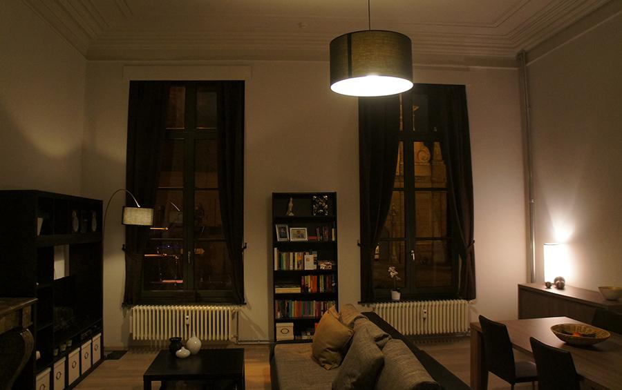 De living van de woning bij avondlicht