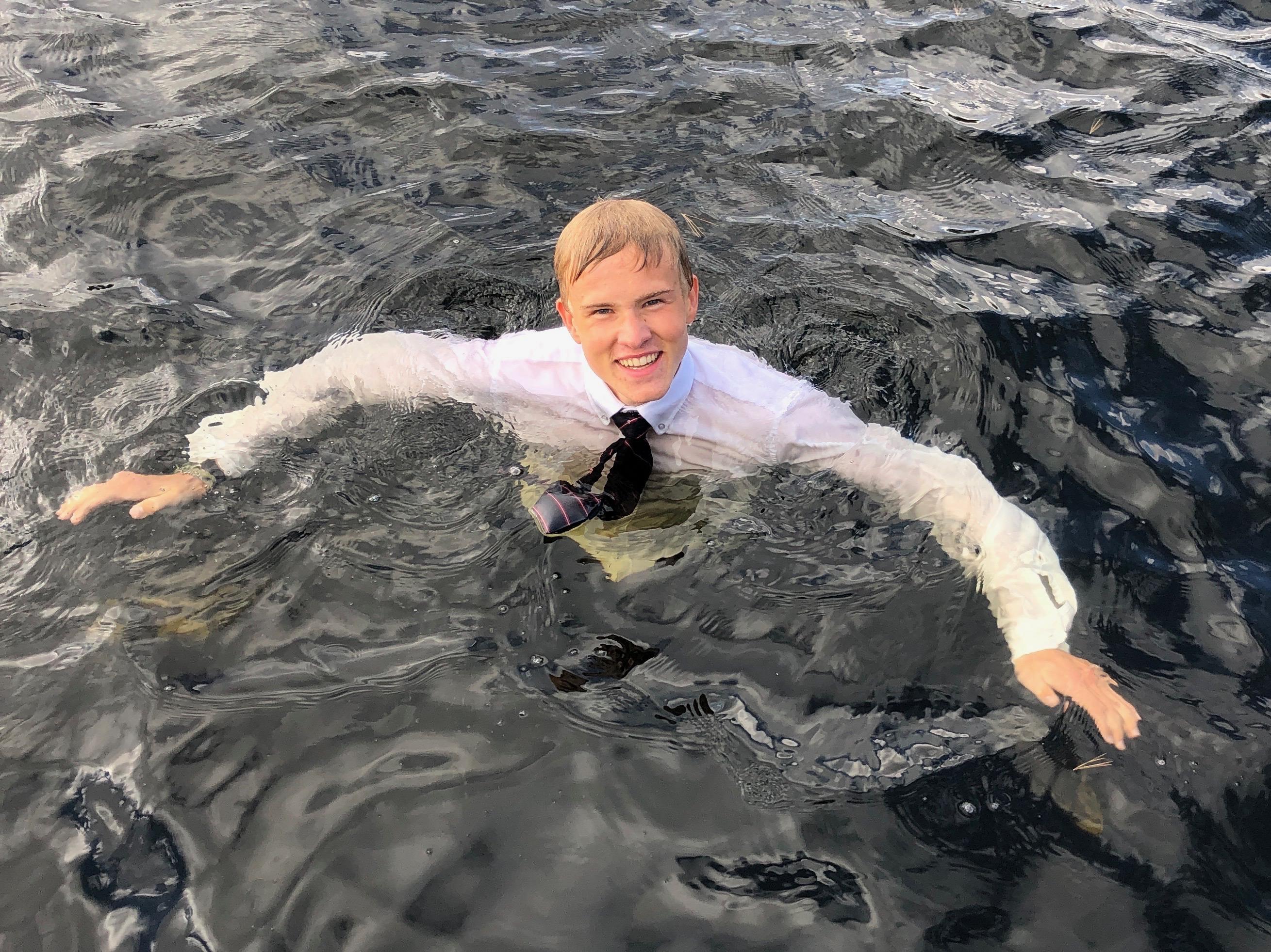 尼尔斯穿着他的校服游泳.