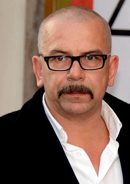 Acteur de théâtre, de cinéma et metteur en scène français, Philippe Torreton s'engage dans la lutte pour l'indépendance des médias en rejoignant l'association Un Bout du Monde.