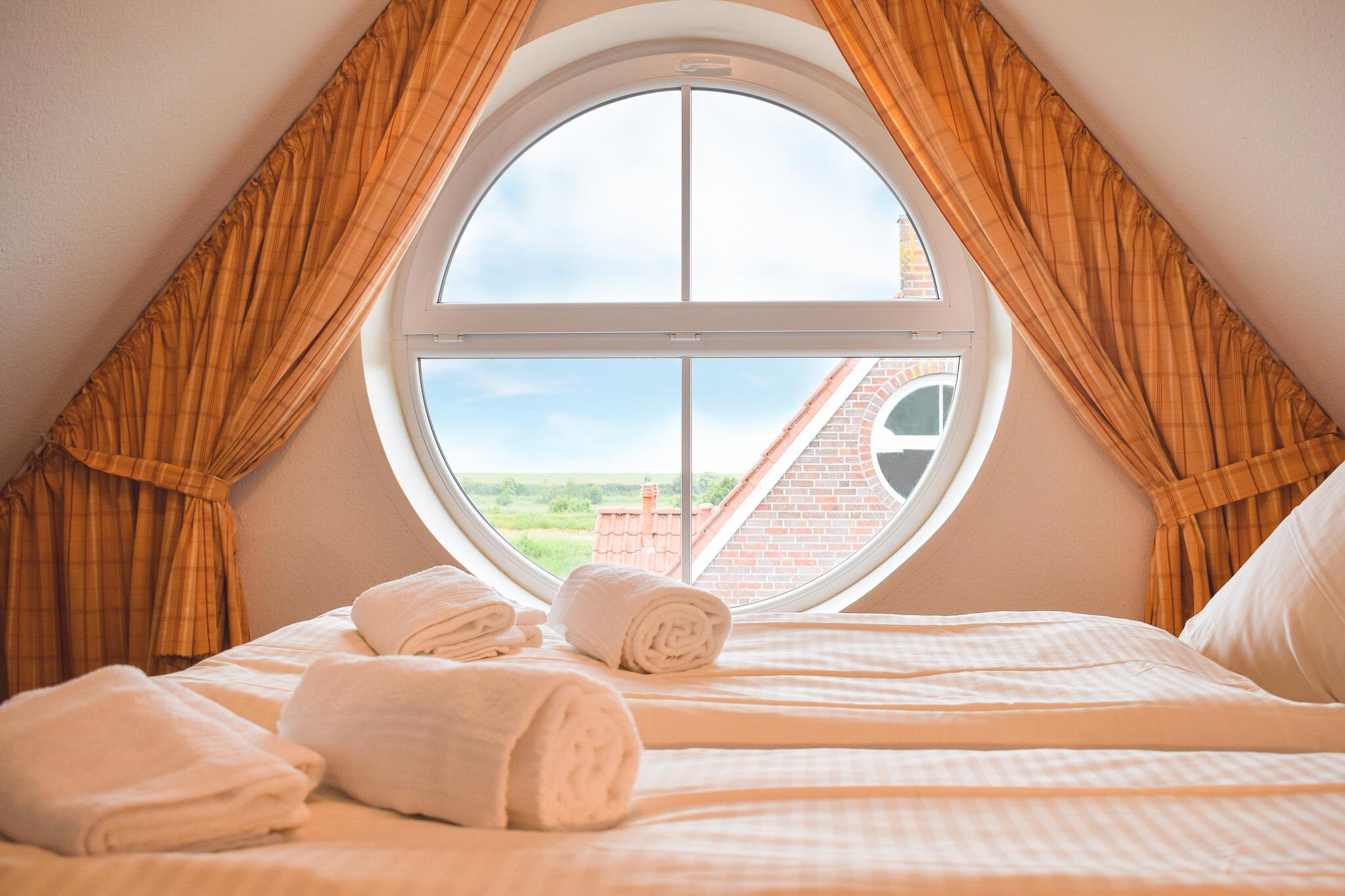 Silbermöwe Schlafzimmer im Obergeschoss mit Blick auf den Deich