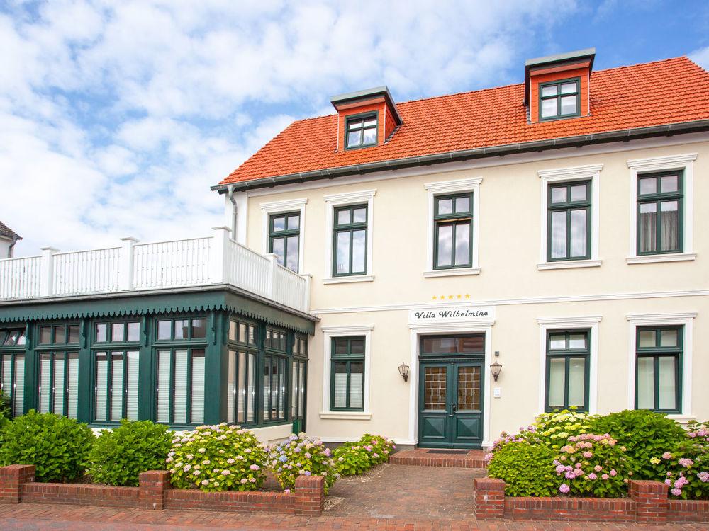 Die Villa Wilhelmine wurde vor ein paar Jahren neu renoviert. Auf dem Bild sieht man die wunderschöne Fassade der Villa.