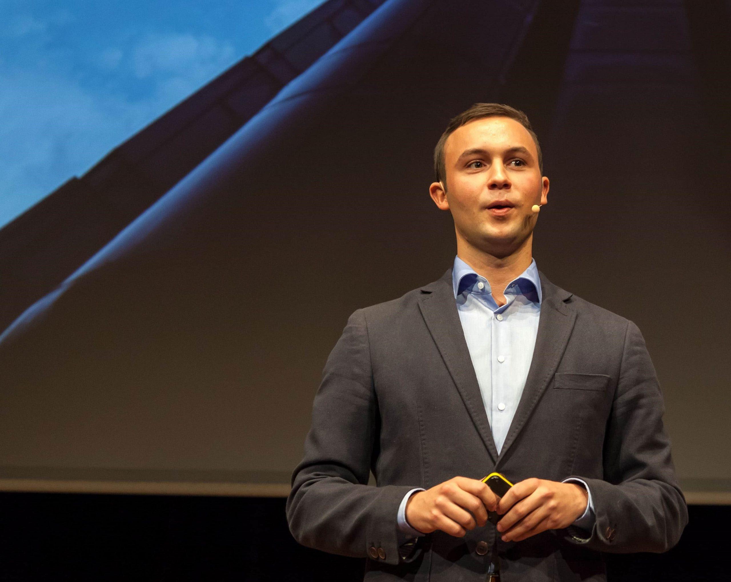 Ein Bild von Marcel Pfenning bei seinem TED Vortrag