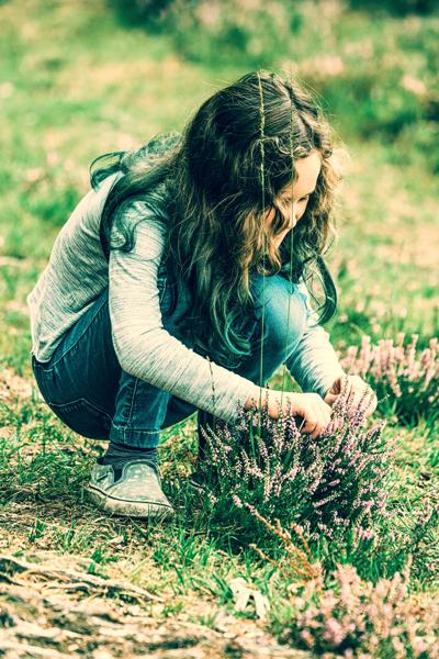 Een meisje speel buiten en ontdekt  in de natuur.