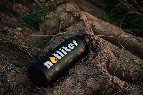 Bild zeigt notliter Flasche, die auf dem Boden liegt