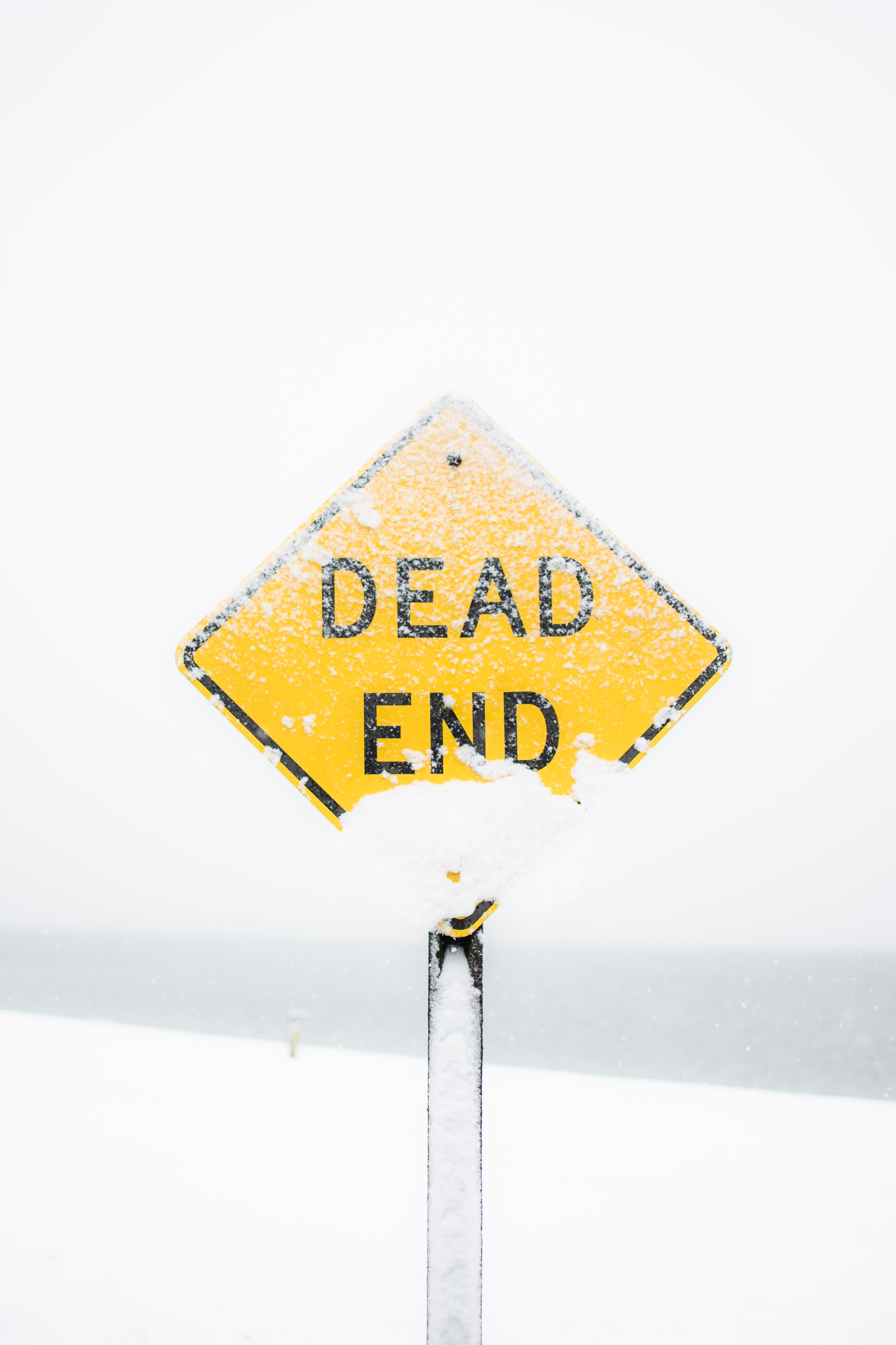 a dead end sign in snow