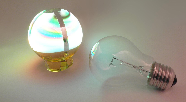 OLED Birne neben Glühbirne