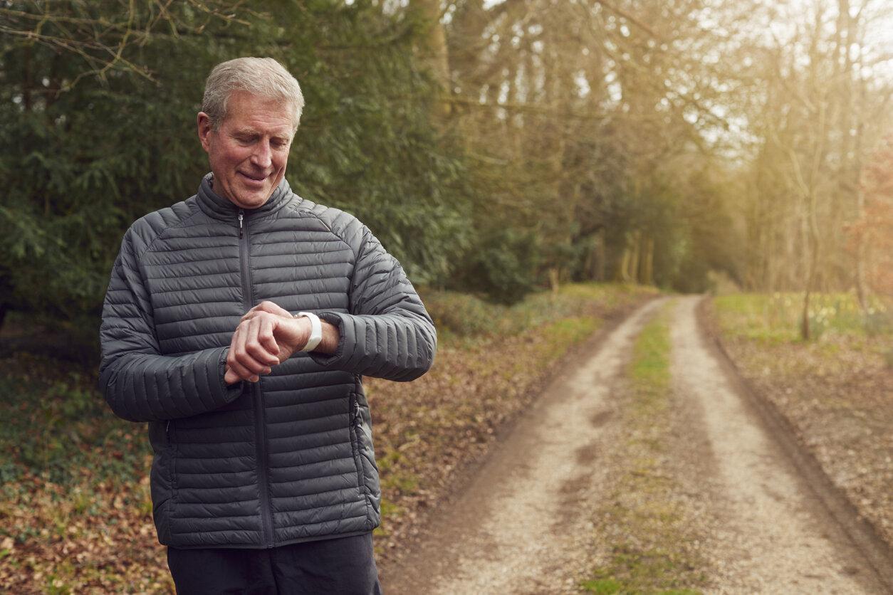 Rentner mit Smartwatch im Park