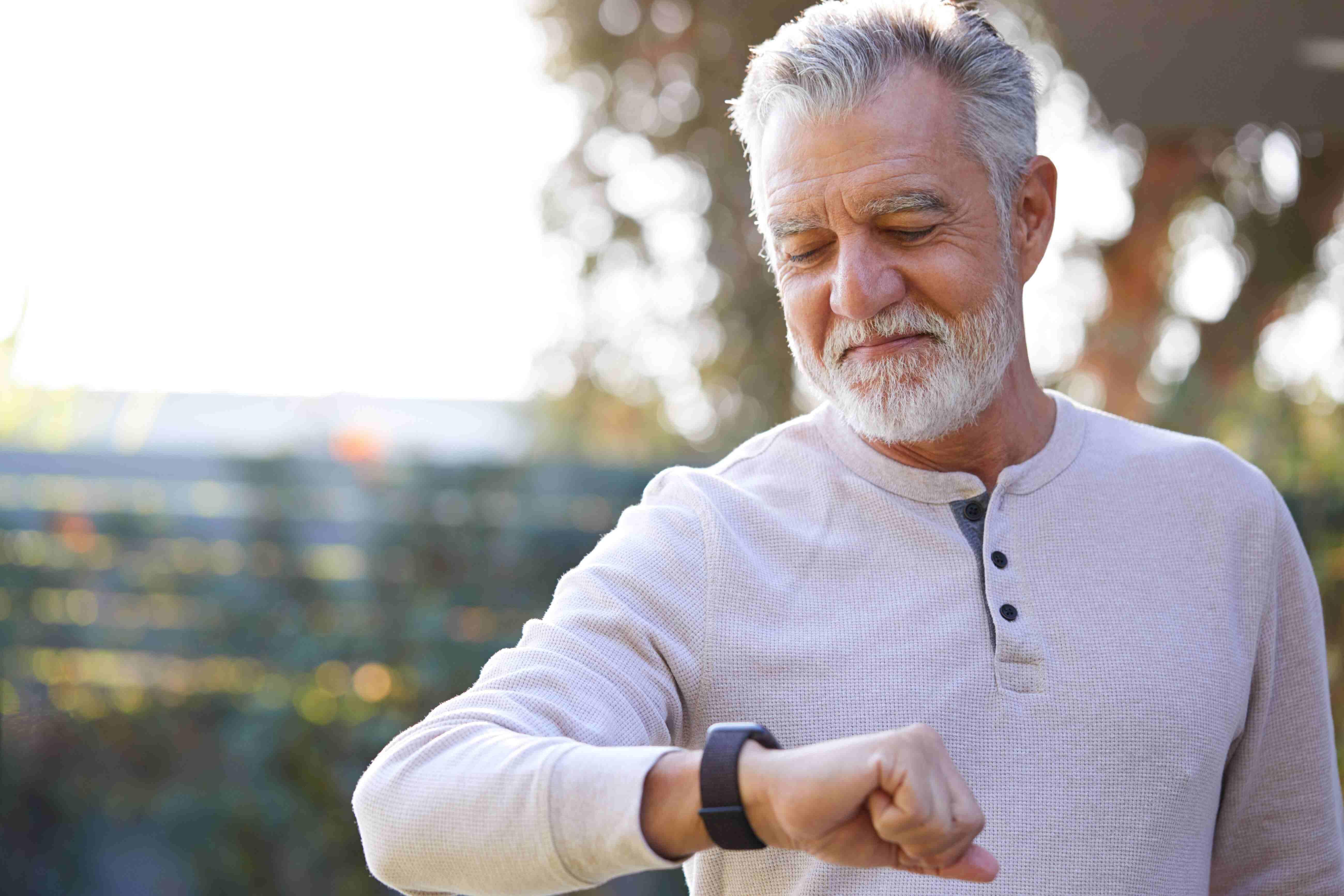 Senior mit Smartwatch