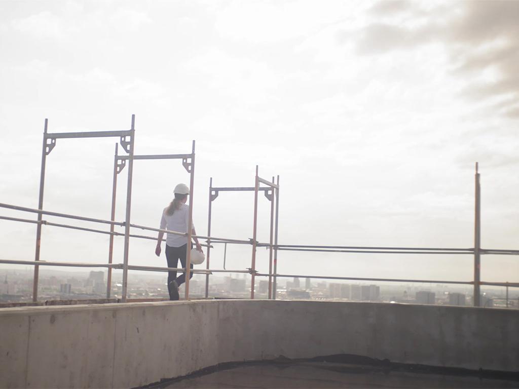 Frau mit Helm auf Gerüst - Witte Projektmanagement Imagefilm
