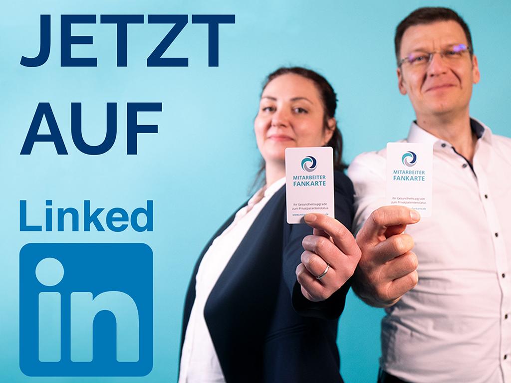 Geschäftsfrau und Geschäftsmann halten eine Fankarte für LinkedIn in die Kamera