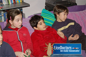 Kids watching TV - LiceDoctors