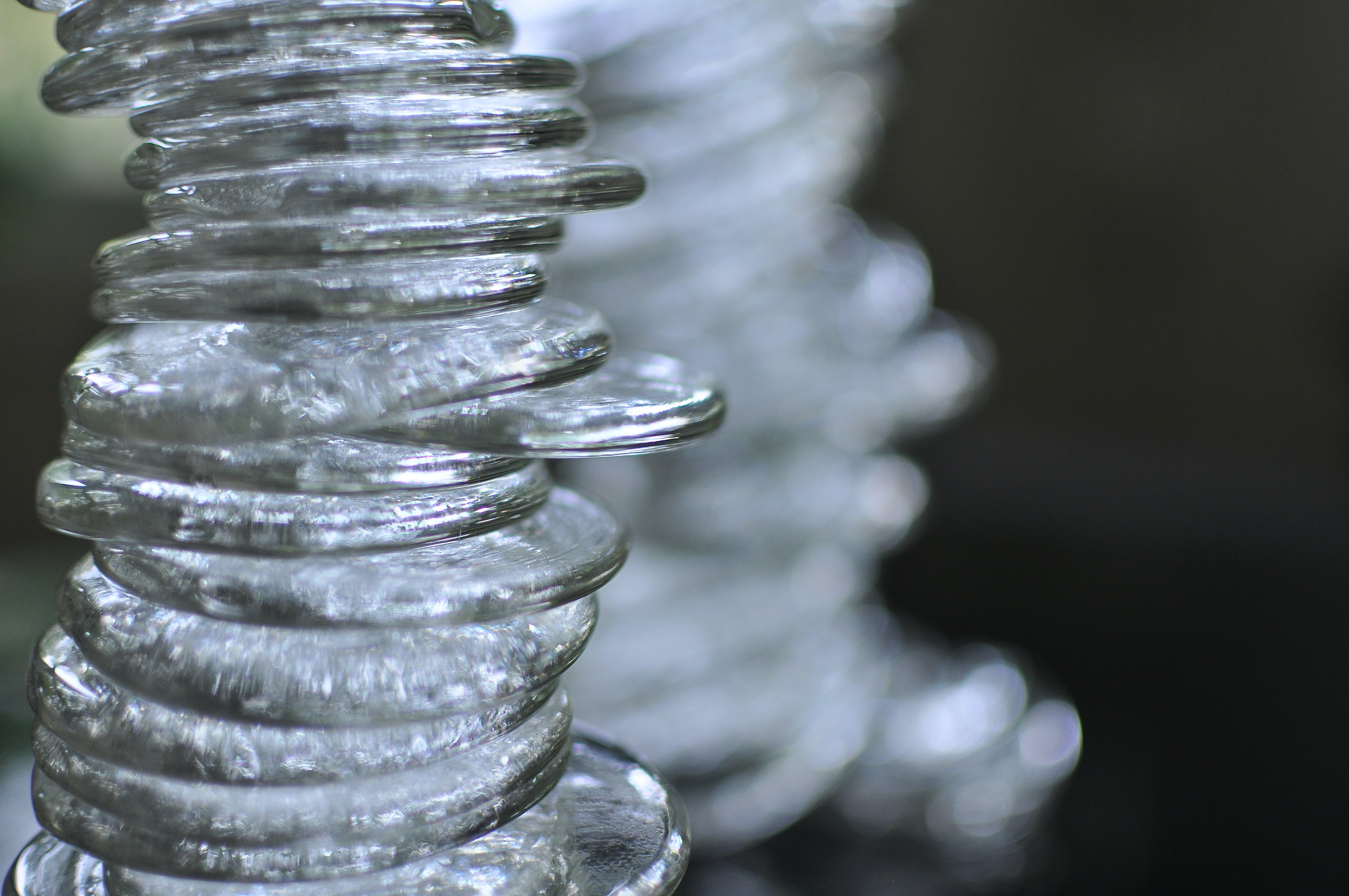 Glass discs unevenly balanced in a tower