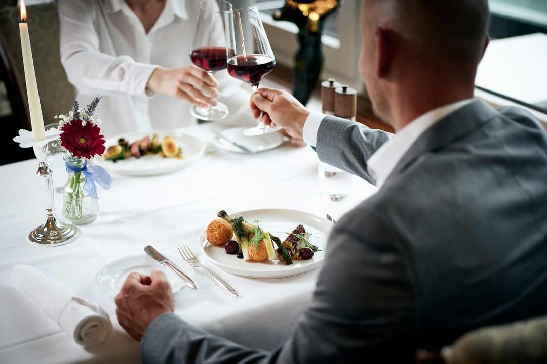 Paar beim Essen im Restaurant Belvédère
