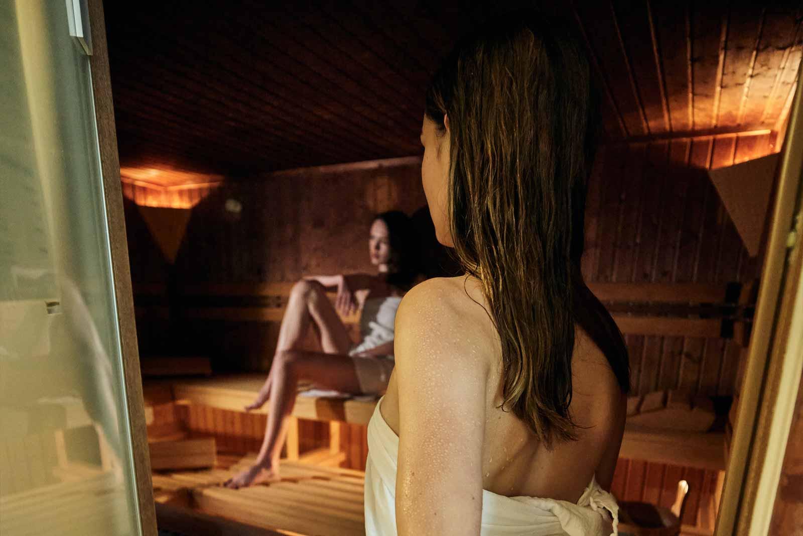 Eine Frau geht in die finnische Sauna