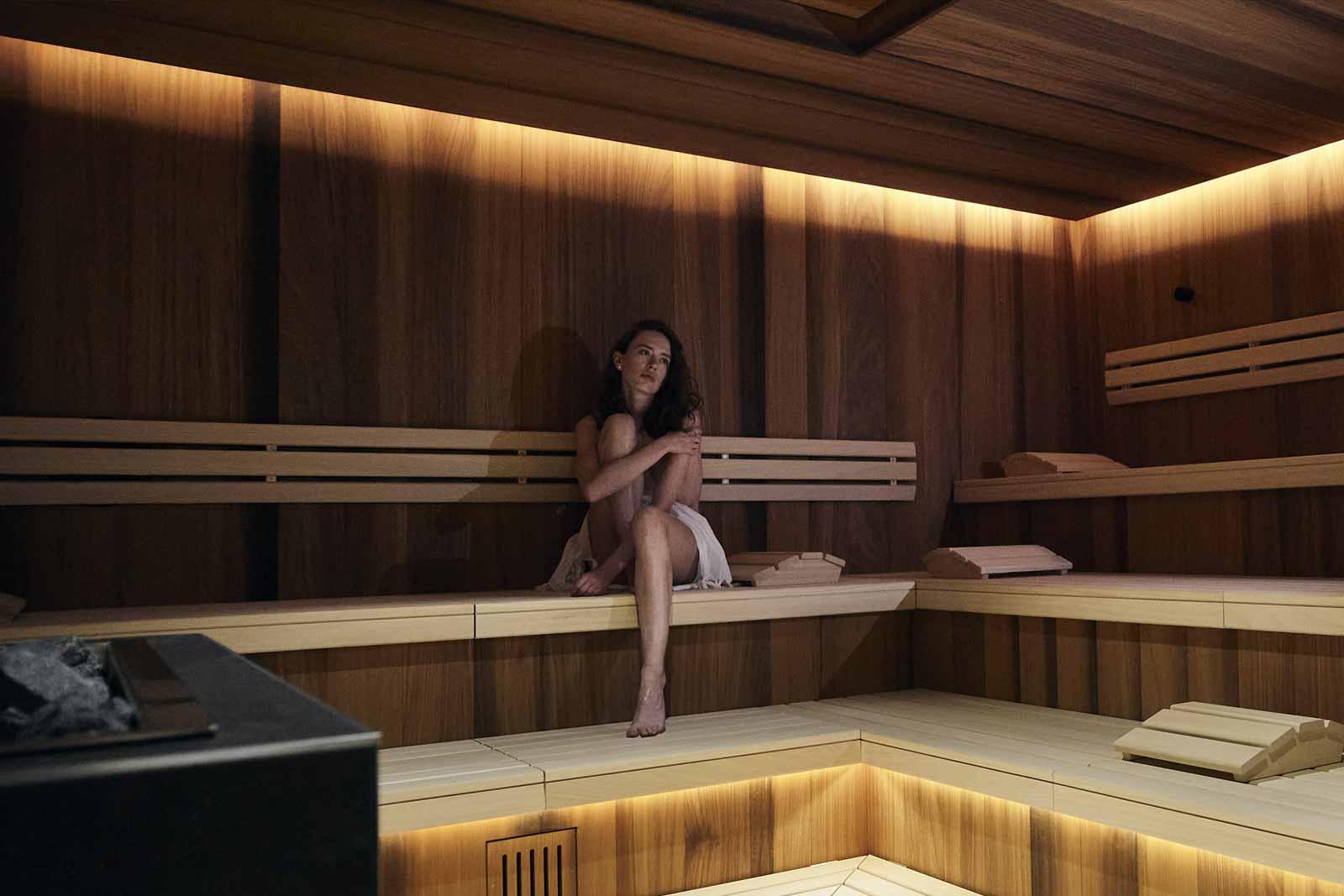 Eine Frau entspannt in der Bio Sauna