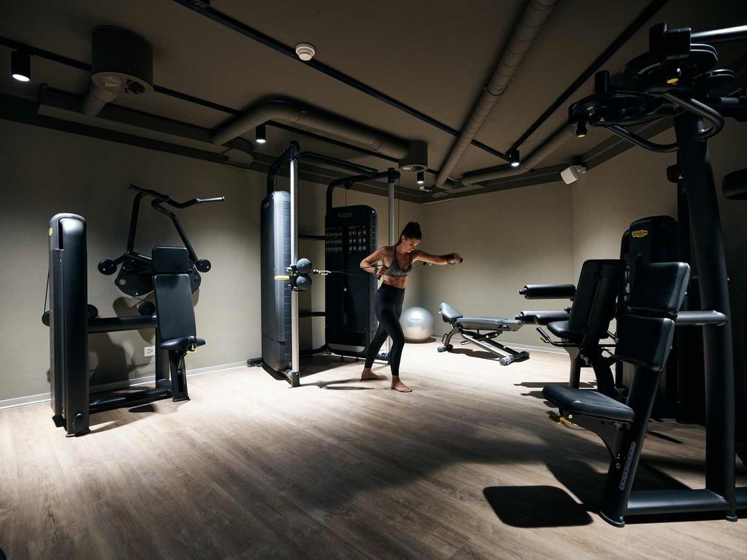 Eine Frau trainiert im Fitnessraum