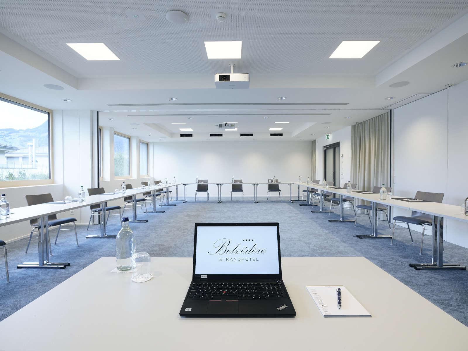 Tisch mit Laptop im Seminarraum