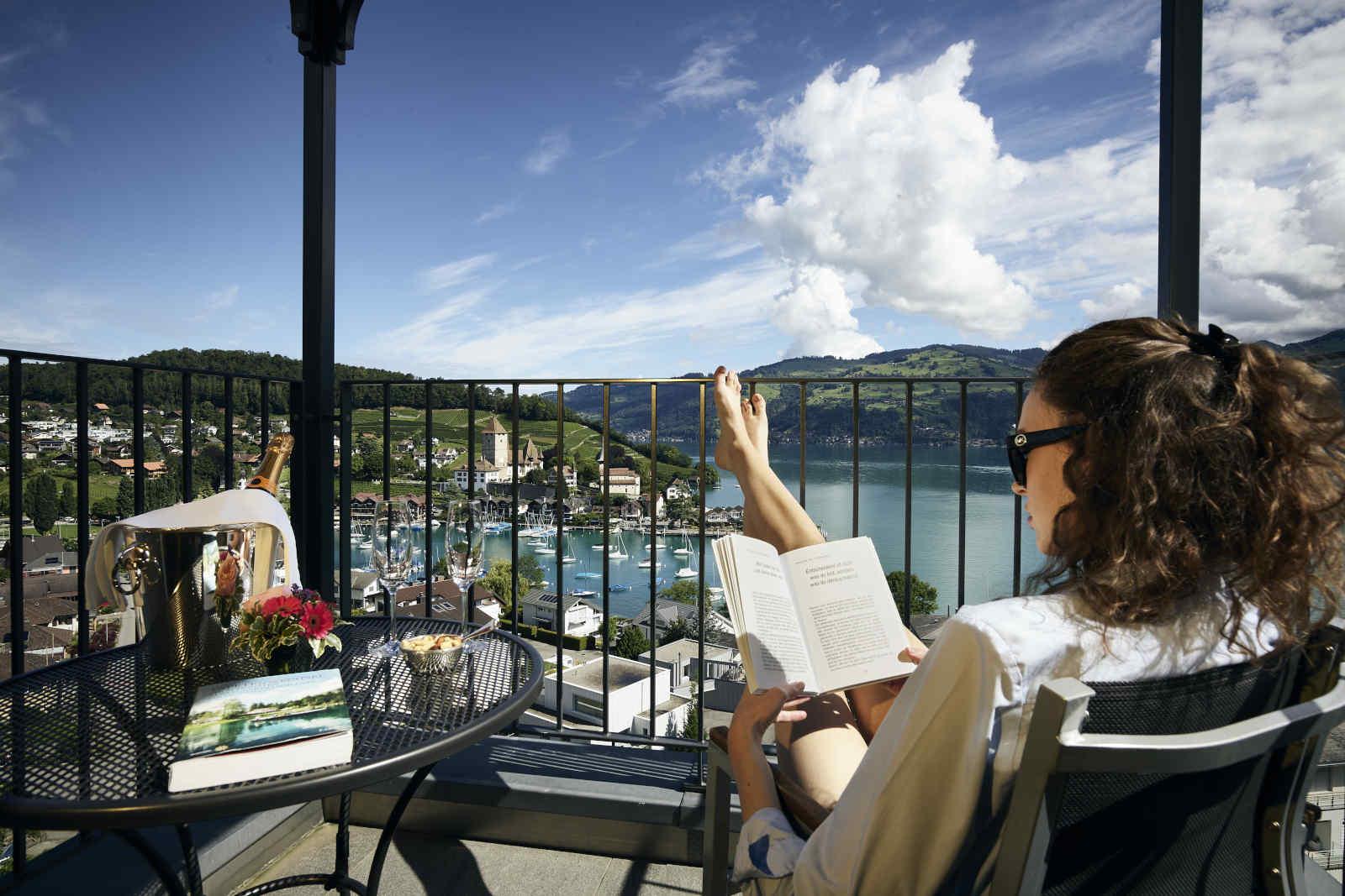 Frau auf Balkon mit Aussicht