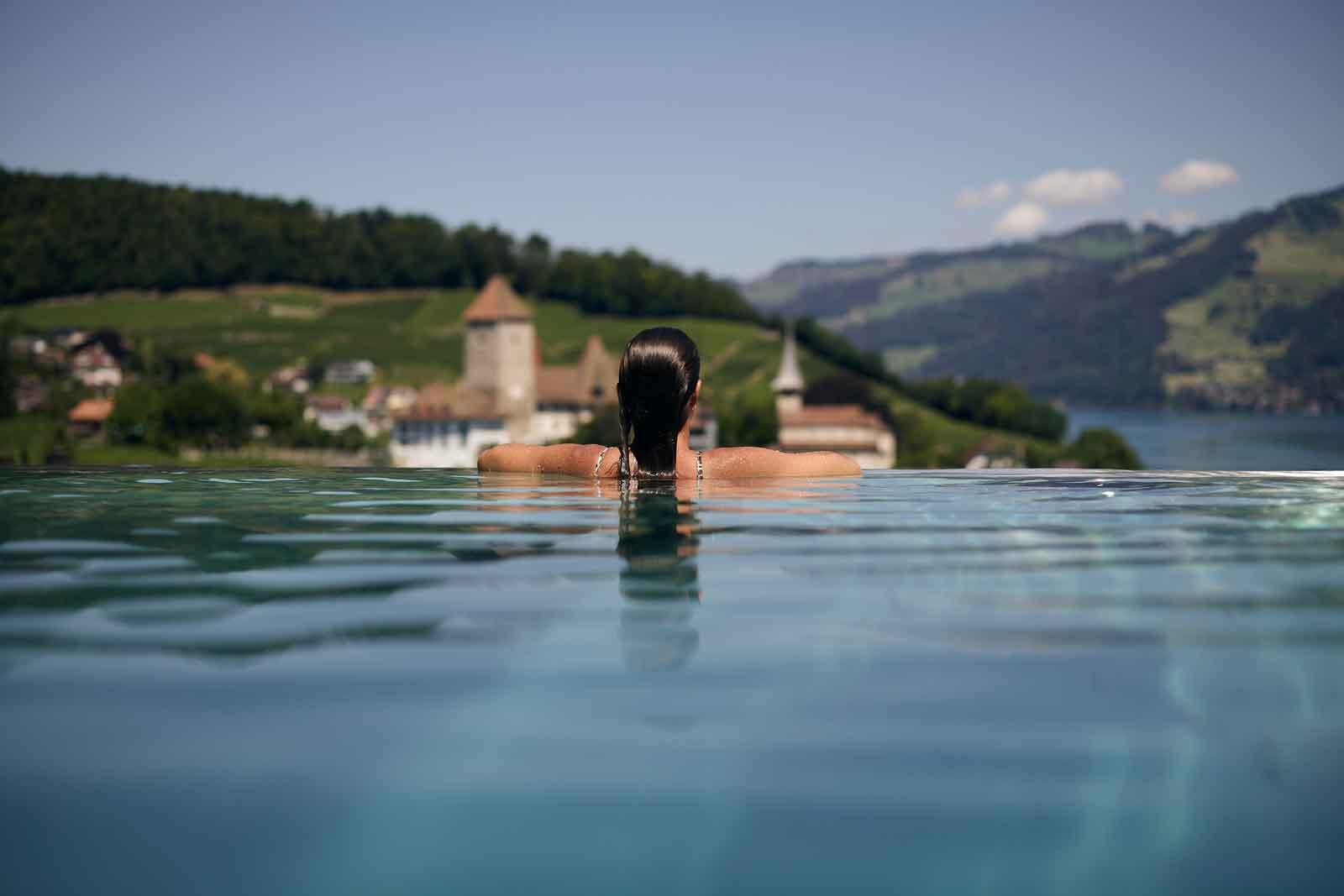 Frau im Pool mit Blick auf Spiez