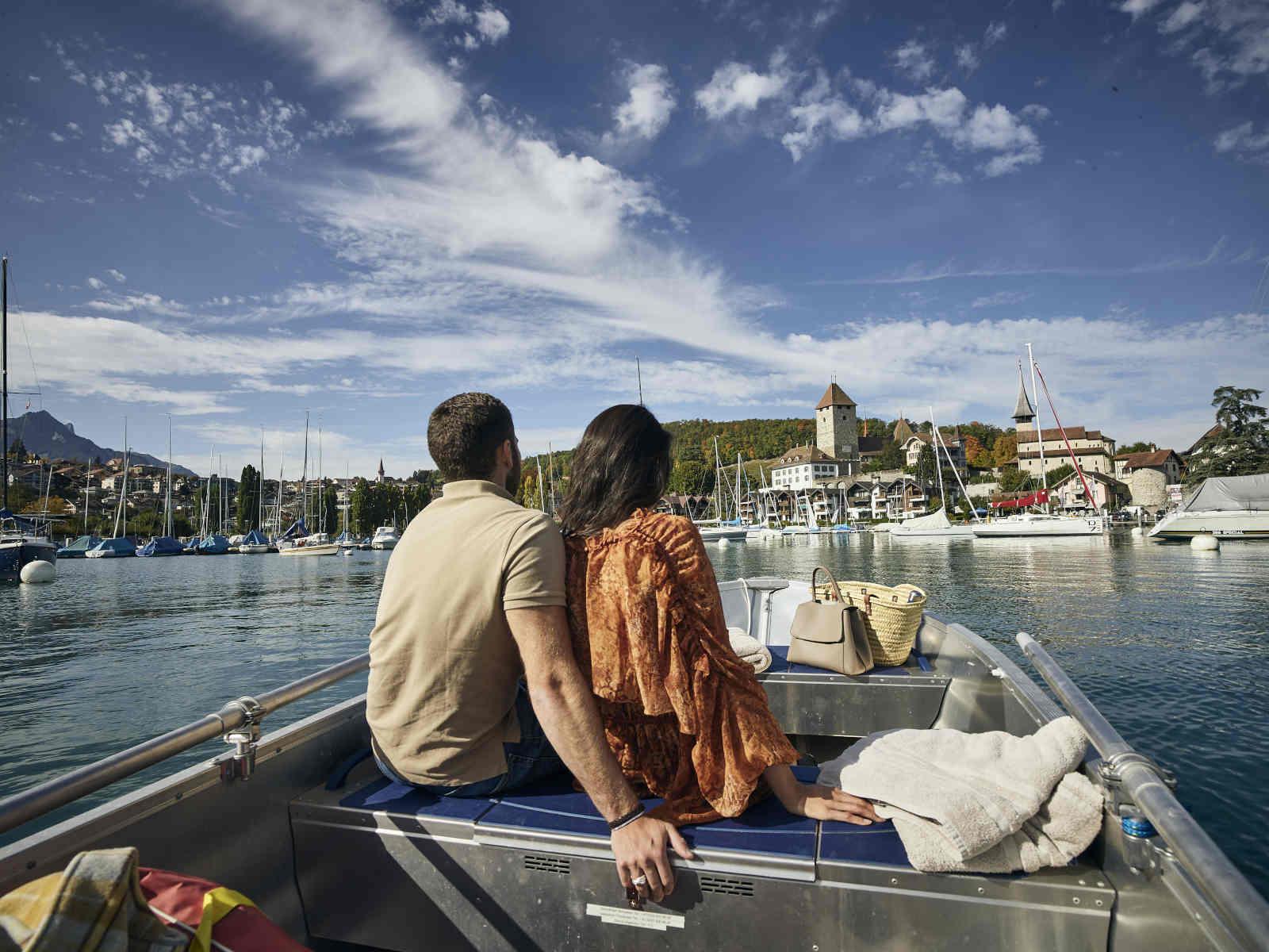 Mann und Frau auf Boot