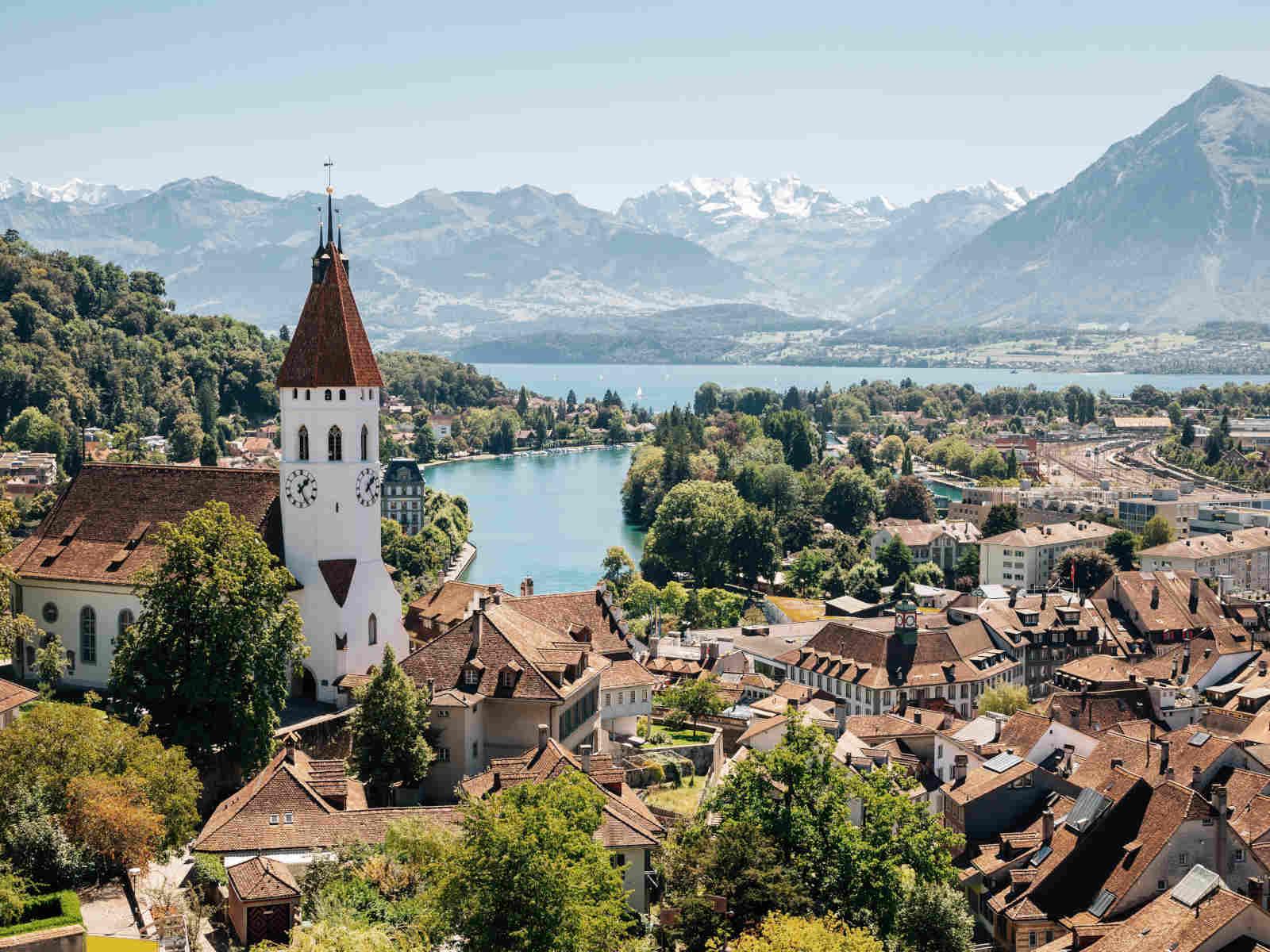 Stadt mit Schloss und See