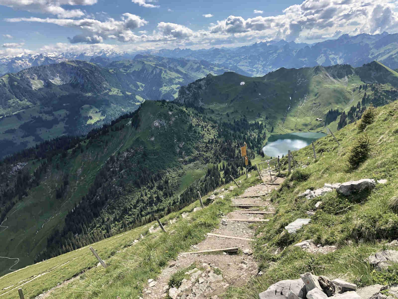 Bergwanderweg zu einem See