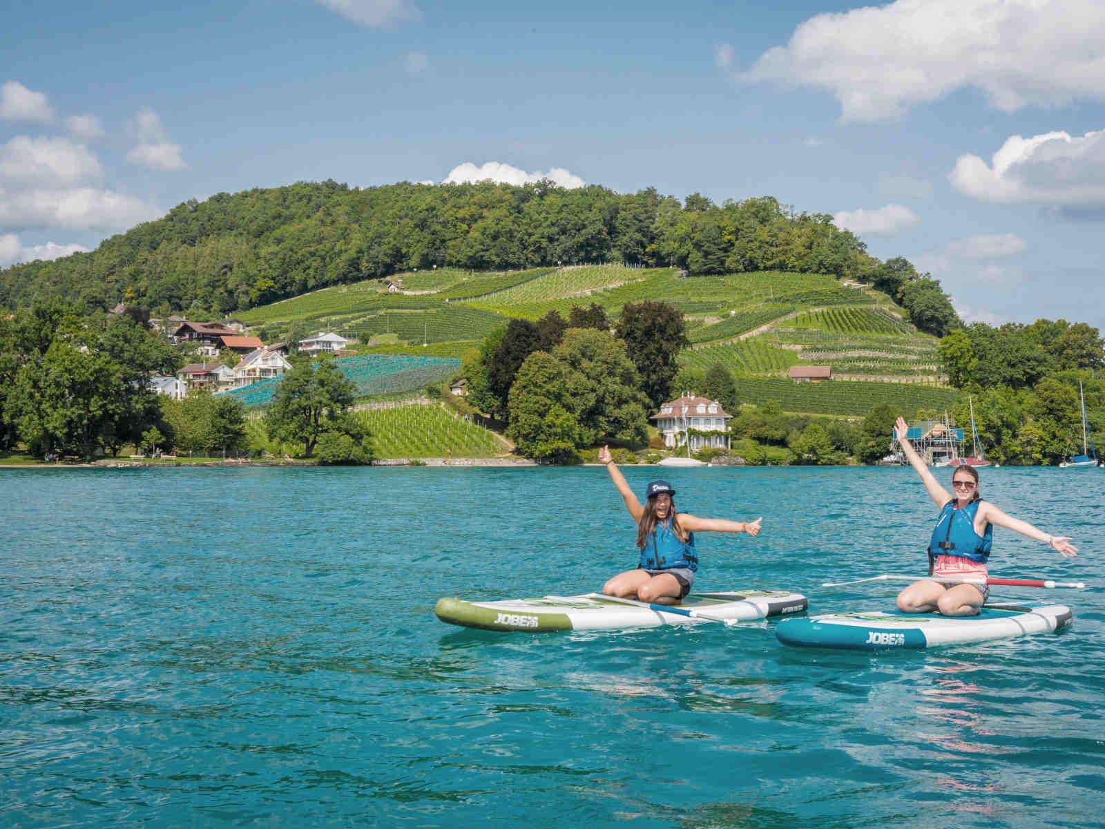 2 Frauen auf Stand Up Paddles auf dem See