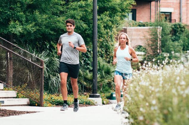 Dwoje ludzi uprawiających jogging