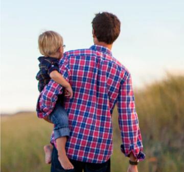 Ojciec trzymający dziecko na rękach