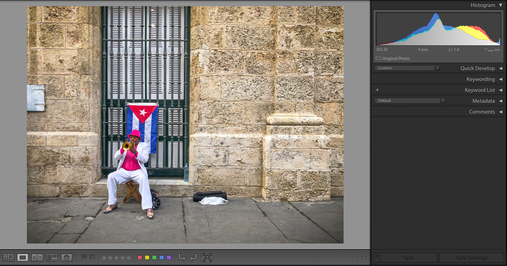 Image of a busker in Cuba next to the histogram of the image