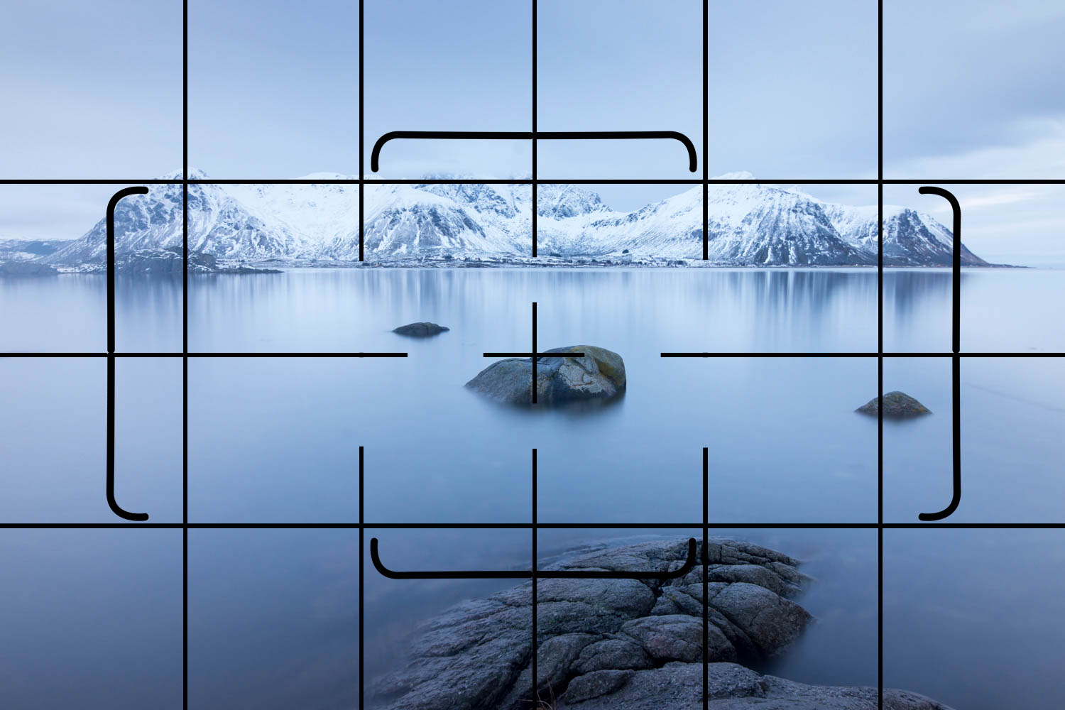 Lines on a digital camera viewfinder grid to level up the horizon in a scene