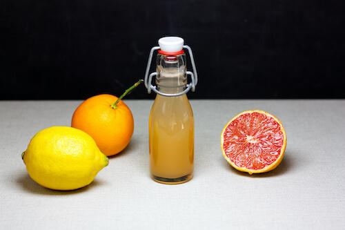 Frischer Shot mit Orangesaft Zitrone und Grapefruit