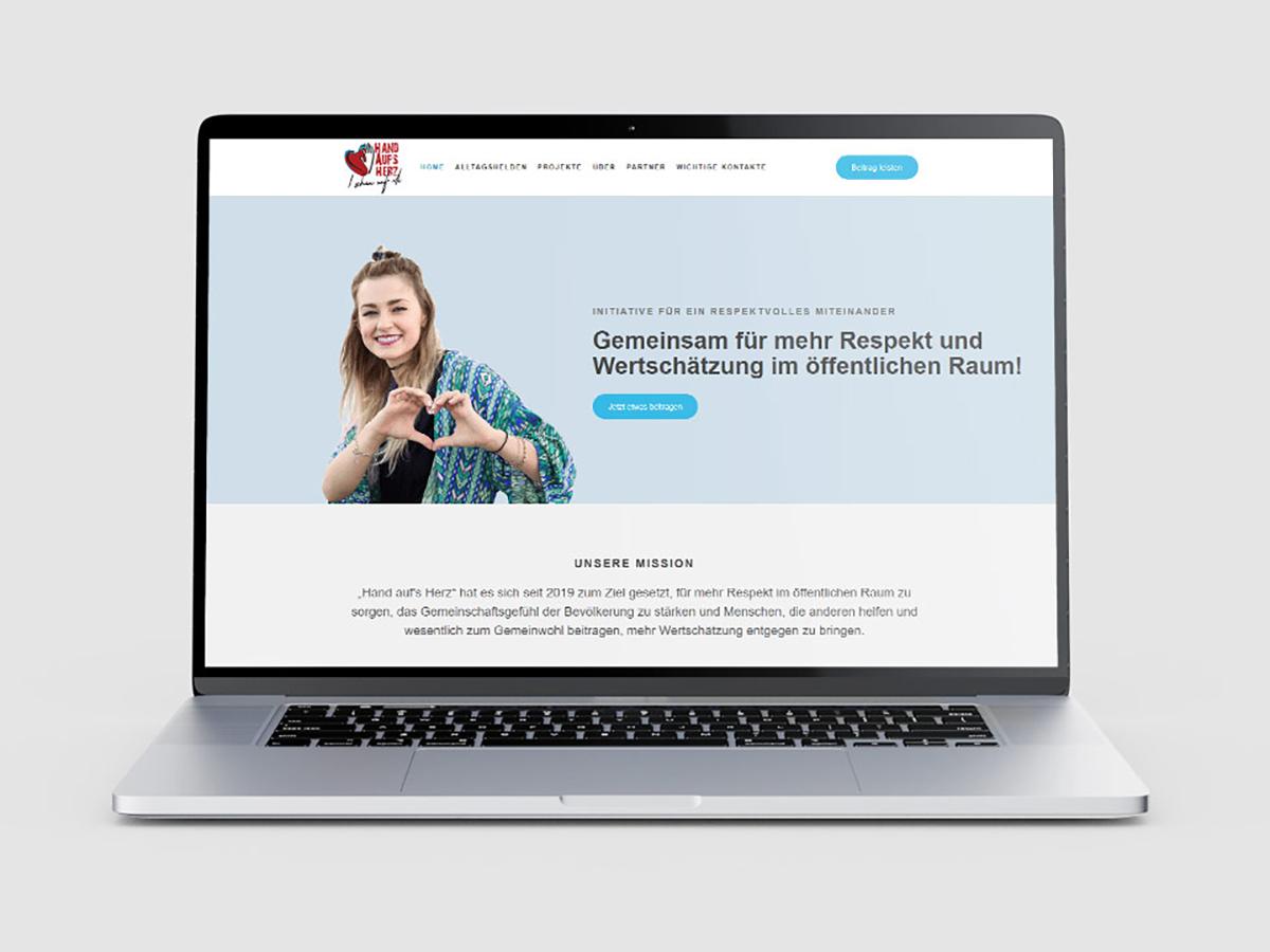 Laptop mockup showing Hand auf's Herz website