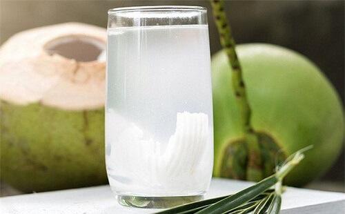 Bị trĩ nên uống nước dừa