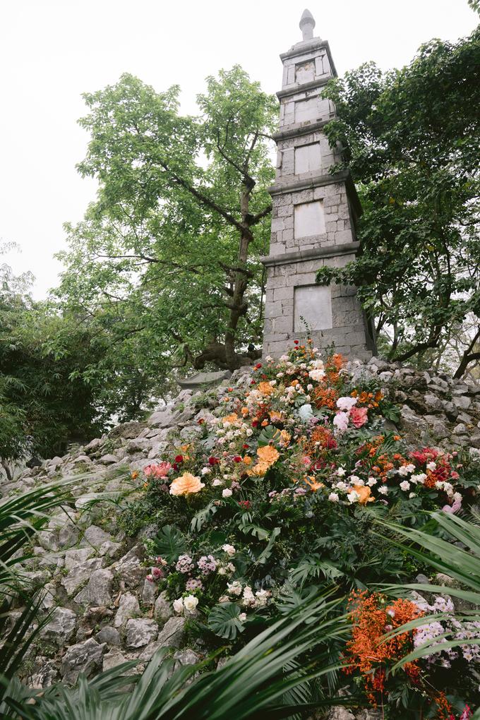 Tháp Bút cũng trở nên rực rỡ khác lạ nhờ dải hoa trang trí.
