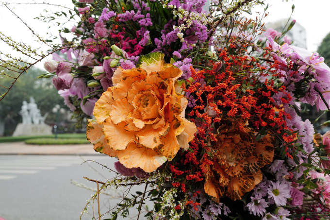 Các loài hoa được sử dụng như cúc, baby, lan tường, salem... đủ màu khoe sắc trong tiết trời se lạnh đầu xuân Hà Nội. Ảnh: Ngọc Thành.